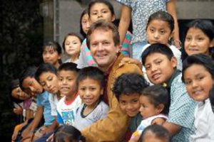 Patrick Atkinson with children from Asociacion Nuestros Ahijados